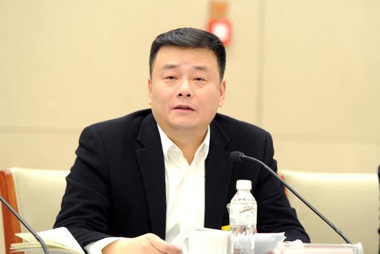 图为:浙江省衢州市委副书记、市长汤飞帆正在发言。  张茵 摄