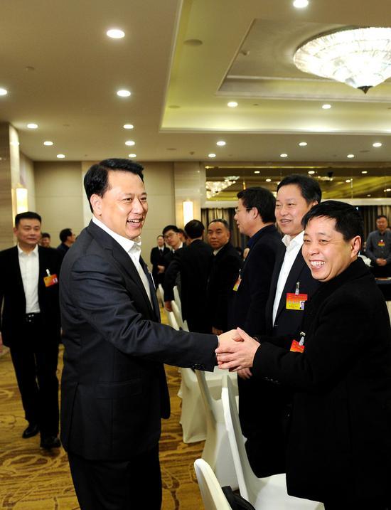 图为:袁家军与代表亲切握手。  张茵 摄