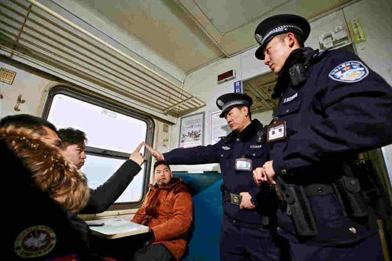 乌鲁木齐铁警开展旅客列车霸座、醉酒滋事演练