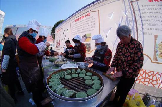清明粿等地方美食吸引了不少市民   婺城宣传部提供