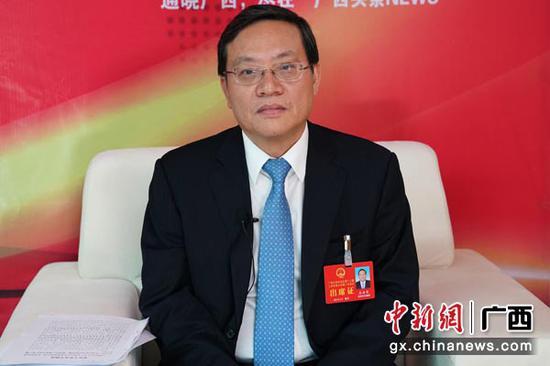 1月29日,广西人大代表、广西审计厅党组书记苏海棠接受中新社专访。陈冠言 摄