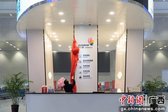 """柳州火车站""""刘三姐·映梅服务台""""正式启用"""