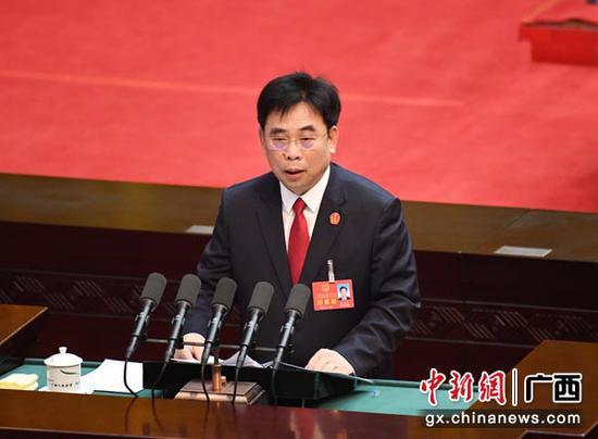 1月29日上午,广西壮族自治区高级人民法院院长黄海龙作自治区高级人民法院工作报告。1月25日至31日,广西壮族自治区十三届人大二次会议、广西壮族自治区政协十二届二次会议在南宁召开。俞靖 摄