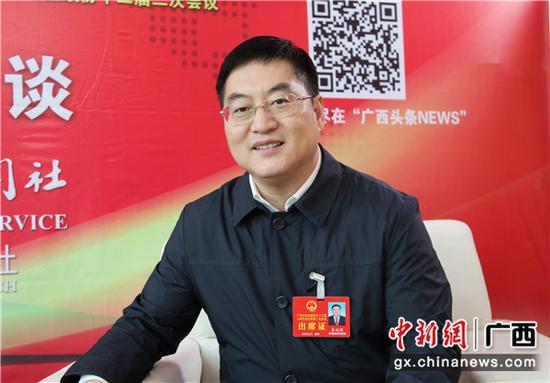 1月30日,广西人大代表、中共防城港市委书记李延强接受中新社专访。 中新社记者 杨志雄 摄