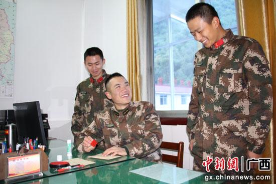 �V西桂林武警官兵千里寄家信 寸�表深情