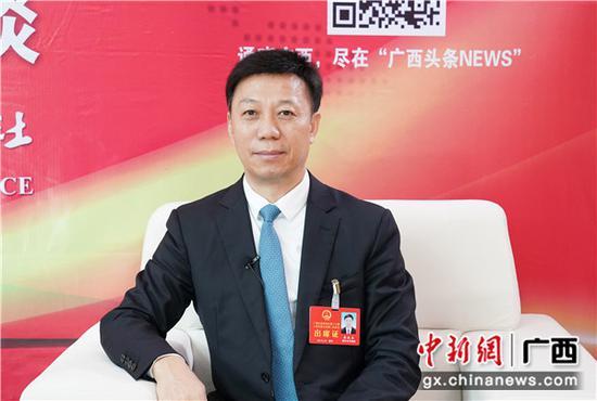 1月30日,广西人大代表、广西商务厅党组书记 厅长蒋连生接受中新社专访。 陈冠言 摄