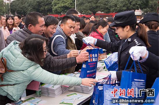 """群众在领取""""春节平安大礼包""""。"""