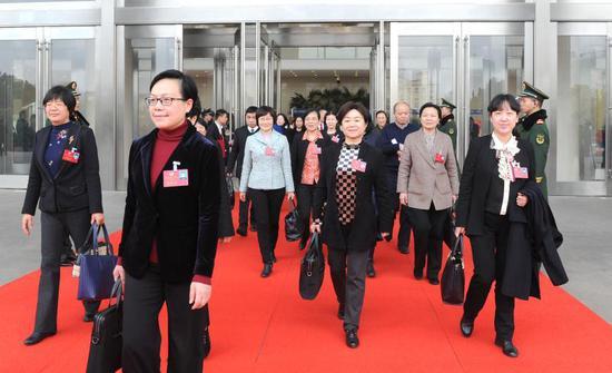 会议结束,浙江政协委员走出大门。 张茵 摄