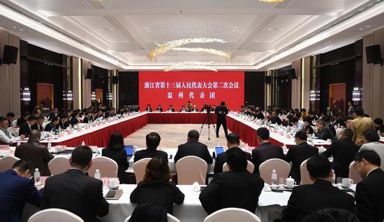 图为:温州市代表团举行小组会议。 王刚 摄