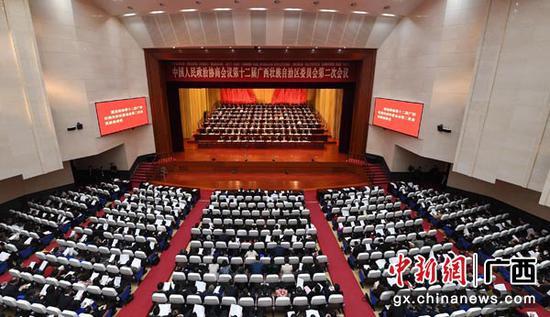 1月30日,广西壮族自治区政协十二届二次会议在南宁闭幕。俞靖 摄