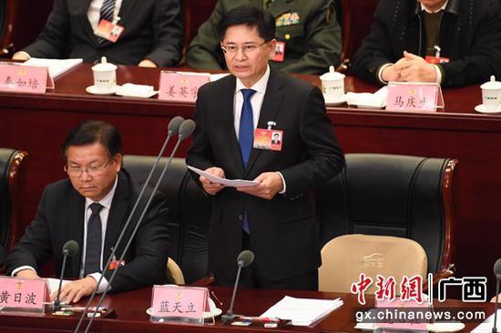 图为广西壮族自治区政协主席蓝天立主持并致闭幕词。俞靖 摄