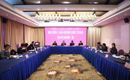 图为:嘉兴市代表团举行小组会议。 王刚 摄