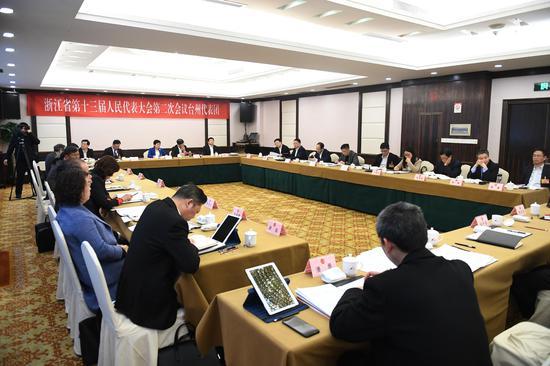 图为:台州市代表团举行小组会议。 王刚 摄