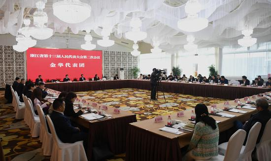 图为:金华市代表团举行小组会议。 王刚 摄