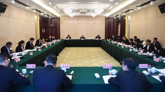 图为:绍兴市代表团举行小组会议。 王刚 摄
