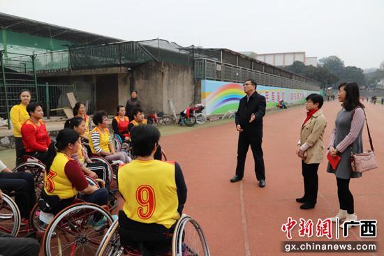 桂林市官�T看望慰����疾人�\��T和教��T