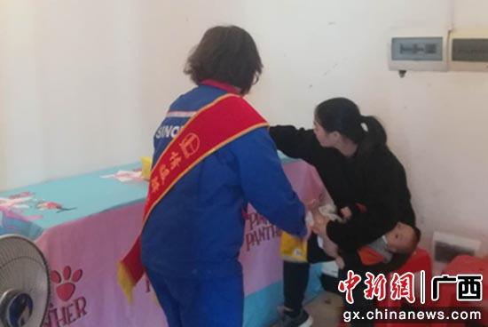 年轻妈妈在驿站的母婴室为小朋友更换纸尿裤
