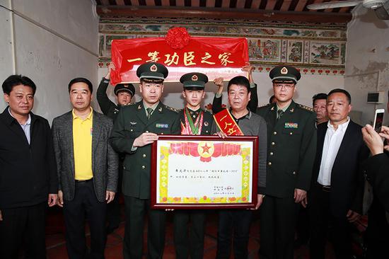 新疆军区某团警侦连班长黄文津荣立一等功