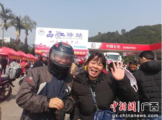 中国石化情暖驿站志愿者为老乡夫妻两照合照