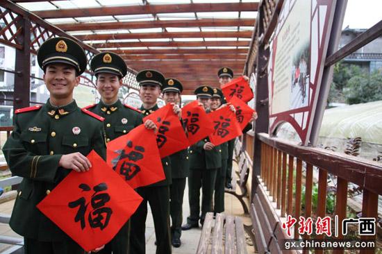 武警官兵的别样情怀:春节前夕挥笔写春联