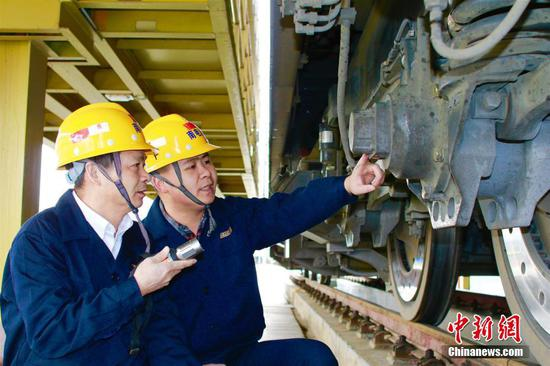 广西铁路工人除夕忙检修 确保旅客出行安全
