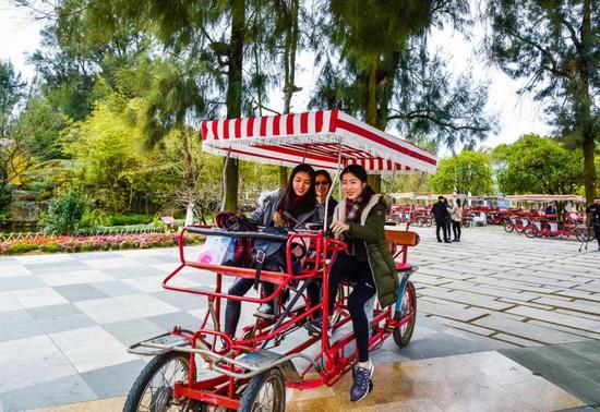 图为:台胞杨苡苓与家人骑车游览。玉环市委宣传部提供