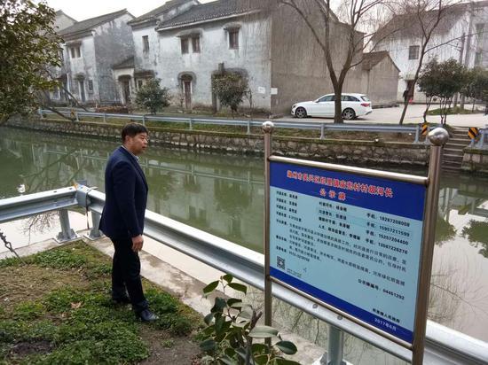 钱会根关心春节期间的河道水质环境。钱民摄