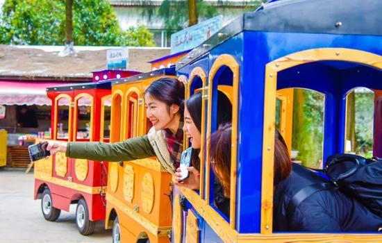 图为:台胞杨苡苓与家人体验小火车。玉环市委宣传部提供