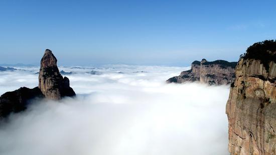 图为:2月6日,浙江省仙居县神仙居风景区云雾缭绕,群峦若隐若现,宛如人间仙境。王华斌摄