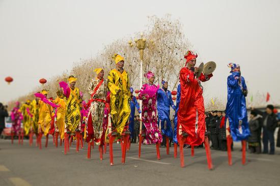 除了传统经典的杂耍项目,该县民间艺人表演队带来的麦西莱甫和卡通熊人偶,为此次社火活动增添了地方特色和现代元素。(摄影:买买提艾力)