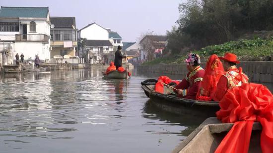图为春节期间绍兴市孙端镇正举行水上婚礼 。 绍兴市孙端镇供图