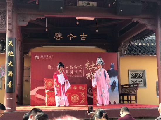 图为春节期间绍兴安昌古镇正举行社戏表演 。 王萍 摄