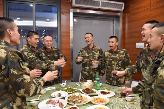 军营年夜饭。吴辉 摄