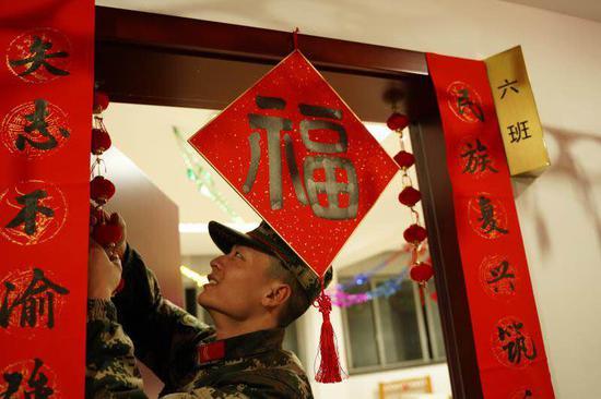 官兵们在贴福字。吴辉 摄
