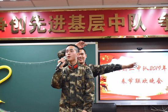 """具有军营特色的""""春晚""""。吴辉 摄"""