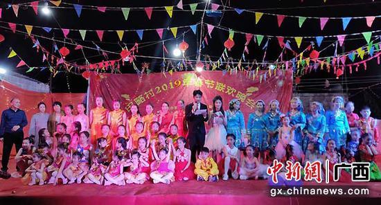 图为所略乡甲略村2019年春节联欢晚会现场。