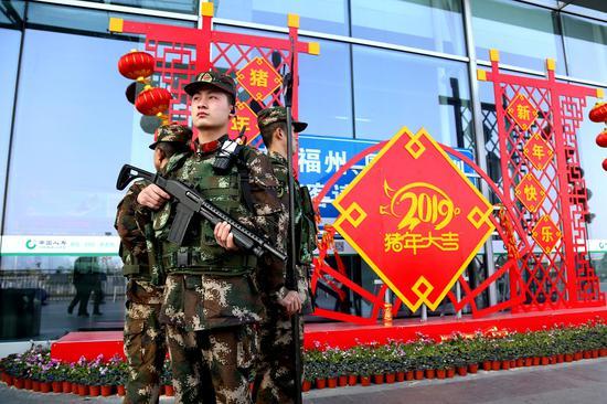 春节期间武警官兵在温州南站站岗执勤  温州武警供图