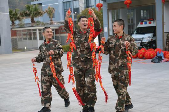 """武警官兵感受到浓浓""""年味""""  温州武警供图"""