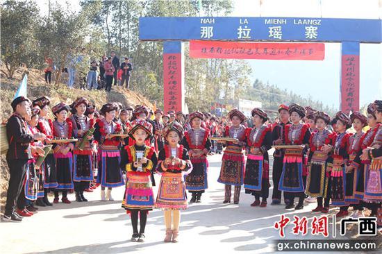 那拉村瑶族同胞身着盛装背着美酒敲锣打鼓到村口迎宾。黄享熙 摄