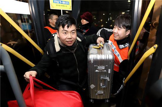 图为金科迪为上车乘客搬运行李。 董美巧 摄