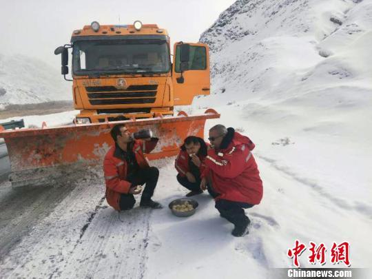 春节大假这些人一直在清雪 饿了就在雪中吃