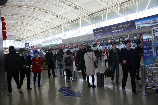 图为宁波机场候机厅。  朱希恩 摄