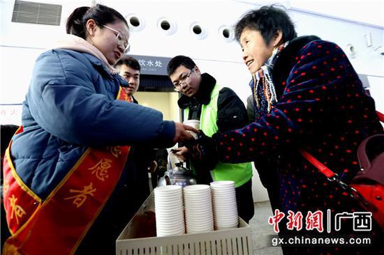 桂林铁路志愿者爱心温暖出行路