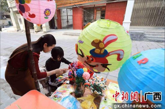 广西民众手工制作猪年灯笼庆新春