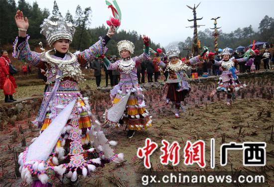 广西融水:逛坡会 赏民俗