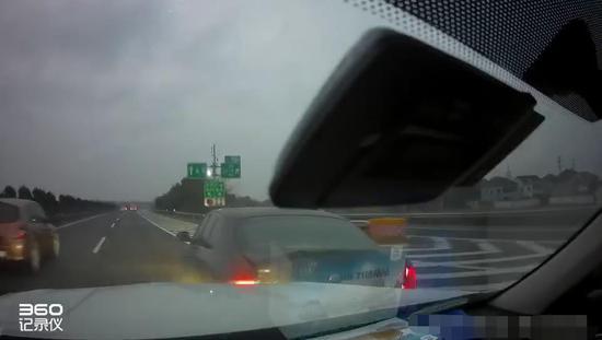 行车记录仪拍下来的事故经过  高速父子岭卡点大队提供