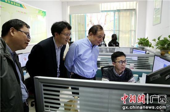 中国邮政集团公司张荣林副总经理在邮储银行广西区分行营运中心与监控预警团队深入交流。