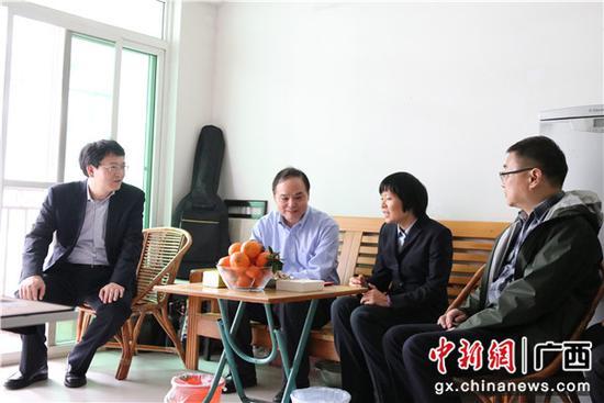 张荣林副总经理在困难职工家中慰问,与职工亲切交谈。