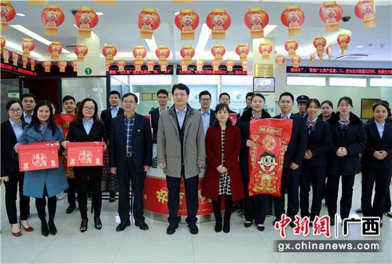 邮储银行广西区分行党委班子给分行营业部送上新春祝福及慰问品。