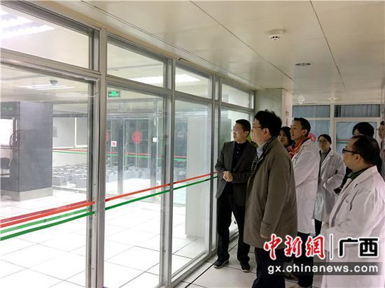 邮储银行广西区分行党委书记、行长史军保查看机房设备。
